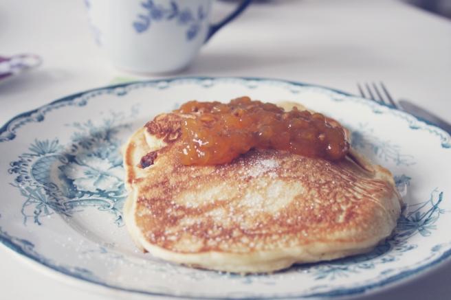 pannkakor frukost hjortronsylt